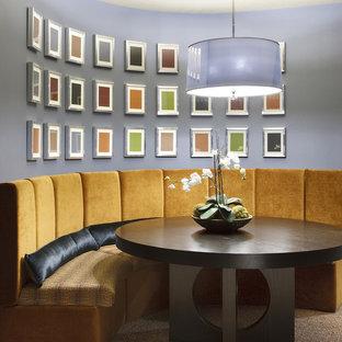 Cette photo montre une salle à manger tendance avec un mur violet.
