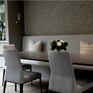 Foto di una sala da pranzo minimal con pareti con effetto metallico, pavimento in gres porcellanato e pavimento grigio