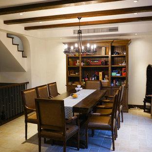 Idee per una piccola sala da pranzo aperta verso la cucina mediterranea con pareti beige, pavimento in mattoni, nessun camino e pavimento beige