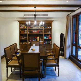 Esempio di una piccola sala da pranzo aperta verso la cucina mediterranea con pareti beige, pavimento in mattoni, nessun camino e pavimento beige