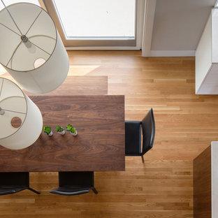 デンバーの中くらいのカントリー風おしゃれなダイニングキッチン (淡色無垢フローリング、白い壁、黒い床) の写真