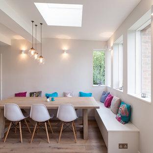 Diseño de comedor de cocina contemporáneo, grande, sin chimenea, con suelo de madera en tonos medios y paredes blancas