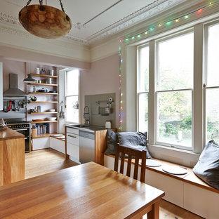 Свежая идея для дизайна: кухня-столовая среднего размера в стиле современная классика с фиолетовыми стенами и паркетным полом среднего тона - отличное фото интерьера