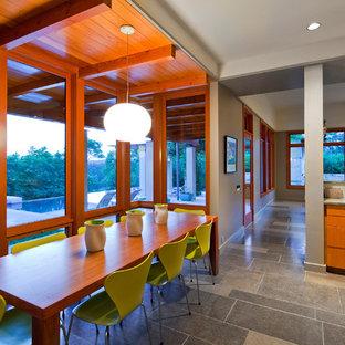 Modernes Esszimmer mit Schieferboden in Austin