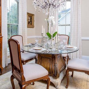 Esempio di una sala da pranzo vittoriana chiusa e di medie dimensioni con pareti beige, parquet scuro, nessun camino e pavimento marrone