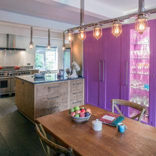 ウィルトシャーのコンテンポラリースタイルのおしゃれなダイニングキッチン (無垢フローリング、暖炉なし) の写真