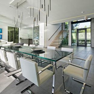 Ispirazione per una sala da pranzo aperta verso il soggiorno minimalista di medie dimensioni con pareti multicolore, pavimento con piastrelle in ceramica, nessun camino e pavimento grigio