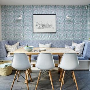 Пример оригинального дизайна: большая столовая в стиле неоклассика (современная классика) с с кухонным уголком, синими стенами, синим полом и обоями на стенах