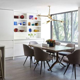 Diseño de comedor de cocina moderno, pequeño, con paredes blancas, suelo de madera en tonos medios y suelo marrón