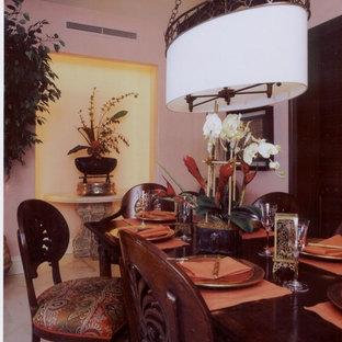 Modelo de comedor contemporáneo, de tamaño medio, cerrado, con paredes rosas y suelo de mármol