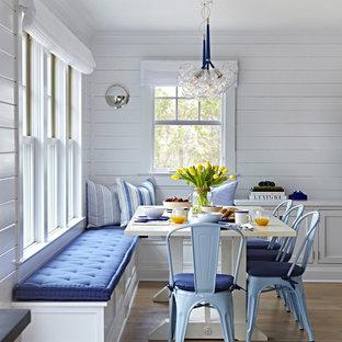 Imagen de comedor marinero, de tamaño medio, sin chimenea, con paredes blancas y suelo de madera clara
