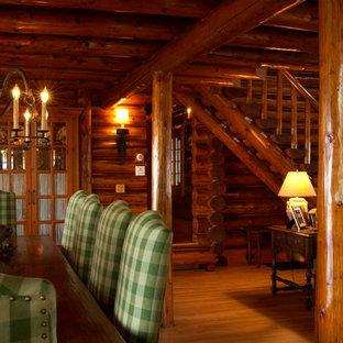 Стильный дизайн: большая гостиная-столовая в стиле рустика с коричневыми стенами и паркетным полом среднего тона без камина - последний тренд
