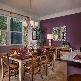 Cette image montre une salle à manger ouverte sur la cuisine ethnique avec un mur violet et un sol en travertin.