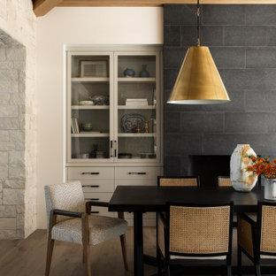 Inspiration för en lantlig matplats, med vita väggar, mellanmörkt trägolv och brunt golv