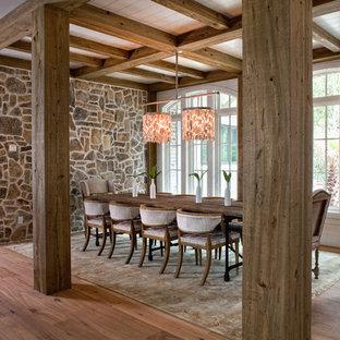 Offenes, Großes Tropisches Esszimmer ohne Kamin mit braunem Holzboden, bunten Wänden und braunem Boden in Charleston