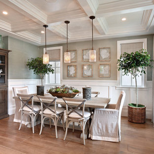 Diseño de comedor costero con paredes grises, suelo de madera en tonos medios y suelo beige