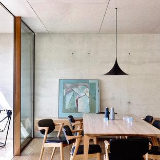 Foto de comedor de cocina moderno, pequeño, con paredes grises y suelo de madera en tonos medios