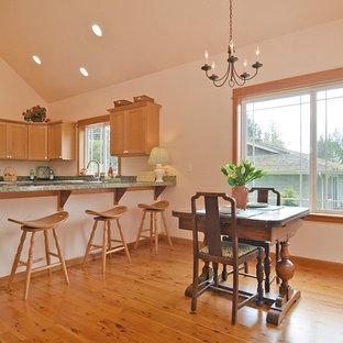 Immagine di una piccola sala da pranzo aperta verso il soggiorno boho chic con pavimento in legno massello medio