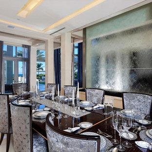 Свежая идея для дизайна: огромная отдельная столовая в современном стиле с серебряными стенами и мраморным полом - отличное фото интерьера