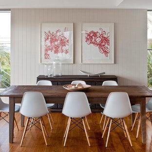 Exemple d'une salle à manger tendance avec un sol en bois brun et un mur beige.