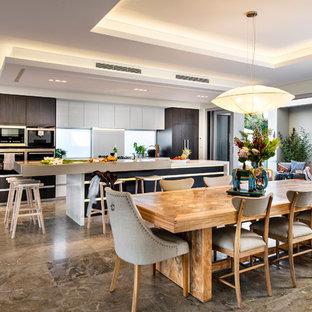 Imagen de comedor de cocina costero, grande, con paredes beige y suelo de mármol