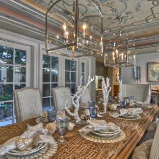 Esempio di una sala da pranzo aperta verso il soggiorno stile marino di medie dimensioni con pareti grigie, moquette, nessun camino e pavimento blu