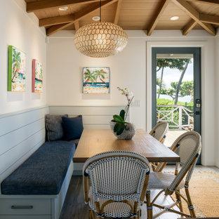 Idée de décoration pour une salle à manger marine de taille moyenne avec une banquette d'angle, un mur blanc, un sol en carrelage de porcelaine, un sol gris et un plafond en poutres apparentes.