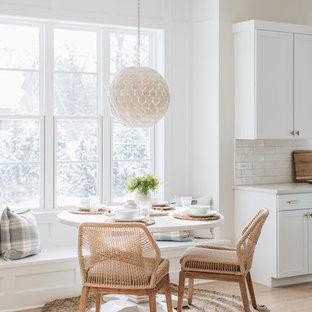 Maritime Wohnküche ohne Kamin mit weißer Wandfarbe und hellem Holzboden in Chicago