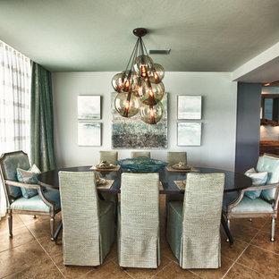 Imagen de comedor de cocina costero con paredes azules
