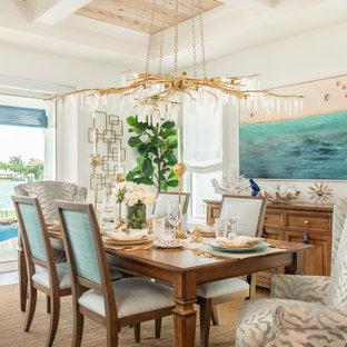 Foto di una sala da pranzo stile marinaro con pareti bianche, soffitto a cassettoni e soffitto in legno