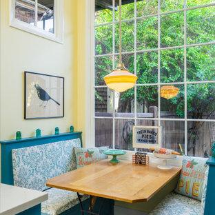 Inspiration för ett mellanstort vintage kök med matplats, med blått golv, gula väggar och klinkergolv i keramik