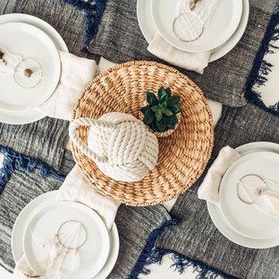Inspiration pour une salle à manger ouverte sur la cuisine marine de taille moyenne avec un mur gris, un sol en ardoise, aucune cheminée et un sol gris.