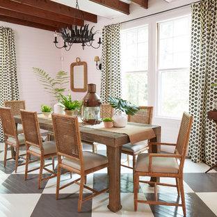 Esempio di una sala da pranzo stile marinaro chiusa e di medie dimensioni con pareti rosa, pavimento in legno verniciato e pavimento multicolore