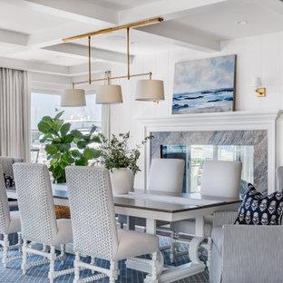 Ispirazione per una sala da pranzo costiera con soffitto a cassettoni e pareti in perlinato