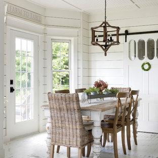 Diseño de comedor de cocina de estilo de casa de campo con paredes blancas, suelo de madera pintada y suelo blanco