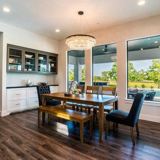 Idee per una grande sala da pranzo aperta verso la cucina chic con pareti grigie, pavimento in vinile e pavimento grigio