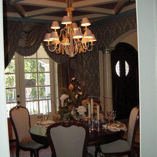 Esempio di una sala da pranzo stile shabby chiusa e di medie dimensioni con pareti grigie, moquette e nessun camino