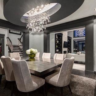Immagine di una sala da pranzo aperta verso il soggiorno american style di medie dimensioni con pareti nere e pavimento in linoleum