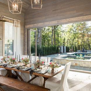 Esempio di una grande sala da pranzo country con pareti marroni e pavimento in ardesia