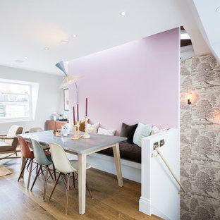 Inredning av en klassisk matplats med öppen planlösning, med rosa väggar och mellanmörkt trägolv