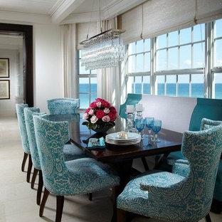 Immagine di una piccola sala da pranzo aperta verso la cucina stile marino con pareti bianche e pavimento in marmo