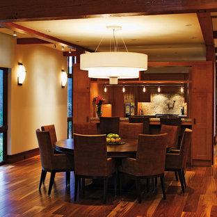 Réalisation d'une très grand salle à manger tradition avec un mur beige, un sol en bois brun et aucune cheminée.