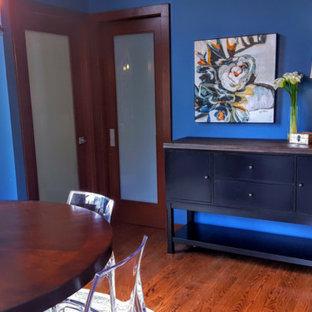 Ejemplo de comedor de cocina actual, pequeño, con paredes azules y suelo de madera en tonos medios
