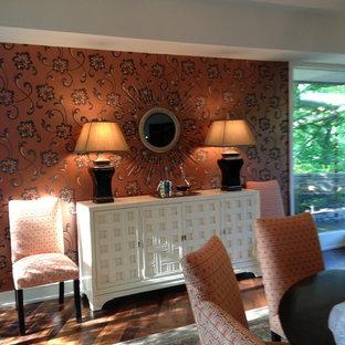 Esempio di un'ampia sala da pranzo aperta verso il soggiorno contemporanea con pareti arancioni e pavimento in legno massello medio
