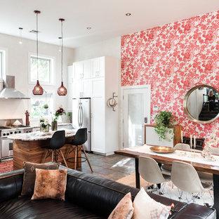 Esempio di un'ampia sala da pranzo aperta verso il soggiorno eclettica con pavimento in ardesia, pareti rosse e pavimento nero