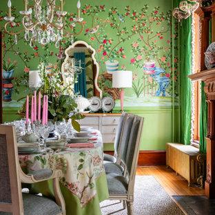リッチモンドの中くらいのトラディショナルスタイルのおしゃれなダイニングキッチン (緑の壁、カーペット敷き、標準型暖炉、木材の暖炉まわり、マルチカラーの床、クロスの天井、壁紙) の写真