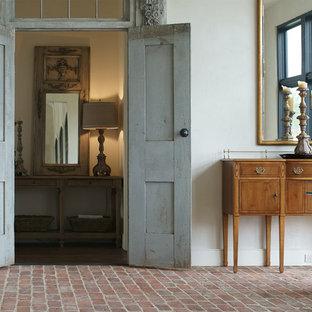 Ispirazione per una sala da pranzo country di medie dimensioni con pavimento in mattoni, pareti bianche e nessun camino