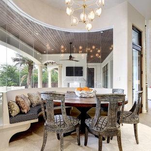 Ispirazione per un'ampia sala da pranzo aperta verso il soggiorno mediterranea con pareti beige, nessun camino e pavimento beige