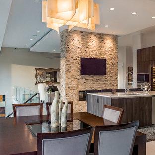 Esempio di una sala da pranzo aperta verso la cucina moderna di medie dimensioni con pavimento in marmo, camino lineare Ribbon, cornice del camino in pietra e pareti bianche