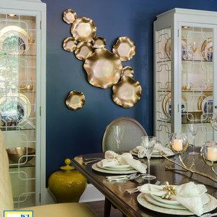 Modelo de comedor tradicional renovado, de tamaño medio, abierto, sin chimenea, con paredes azules y suelo de madera en tonos medios